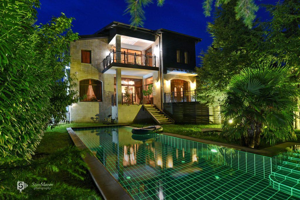 нощна фотография на фасада на частен дом